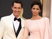 Herec Matthew Mcconaughey s manželkou Camillou, která si oblékla světle růžové šaty s vlečkou zn. Gabriela Cadena