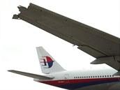 Na snímku ze srpna 2012 je křídlo Boeingu 777-200 malajsijských aerolinek,...