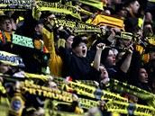 Fanoušci Dortmundu mohutně podporují během zápasu s Norimberkem.