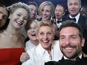 Moderátorka oscarového večera Ellen DeGeneresová pořídila nejsdílenější fotku...