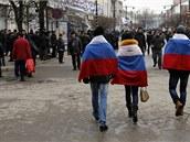 Proruští obyvatelé krymského Simferopolu prochází městem demonstrativně zahalení do ruských vlajek. (1. 3. 2014)