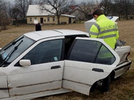 Následně hasiči auto odtáhli dál na pole, kde si jej naložila odtahová služba.