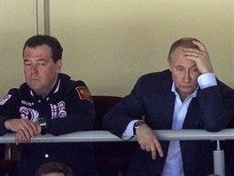 Schlíplé tváře prezidenta Vladimíra Vladimíroviče Putina (vpravo) i předsedy...