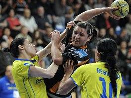Mostecká Petra Beňušková se snaží prosadit v zápase s Michalovcemi.