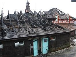 Na Pustevnách v Beskydech vzplála po půlnoci historická dřevěná chata Libušín...