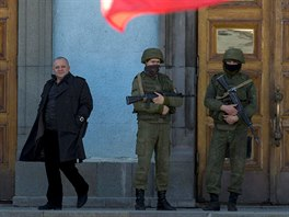 Ozbrojená stráž před vchodem do jedné z ministerských budov v Simferopolu. (3....
