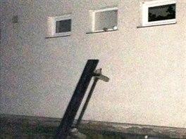 Dovnitř budovy se zloději dostali pomocí lavičky, kterou vytrhli ze země.