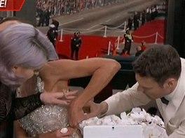 Moderátorka Giuliana Rancicová bojovala v přímém přenosu se šaty.