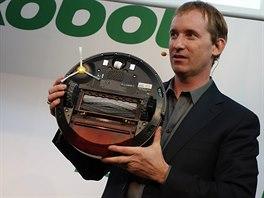 Colin Angel s robotickým vysavačem Roomba 880