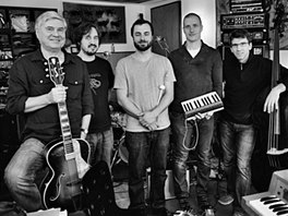 Z natáčení alba Kup si bicí! (zleva Jiří Slíva-kytara, Ondřej Ježek-zvuk, Tomáš