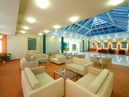 Lobby bar a přilehlé atrium je určené zejména k odpočinku.