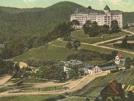Pohled na Švýcarský dvůr před rokem 1914. Místo chalupy s hnědou střechou dnes