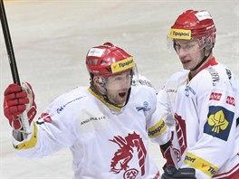 Třinečtí hokejisté Jan Peterek (vlevo) a David Nosek slaví gól.