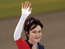 Česká rychlobruslařka Martina Sáblíková mává divákům v německém Inzellu, kde v závodu SP na 3000 metrů dojela na druhém místě.