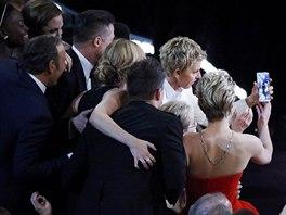 Ellen DeGeneres právě pořizuje selfie s hollywoodskými hvězdami, která se stane...