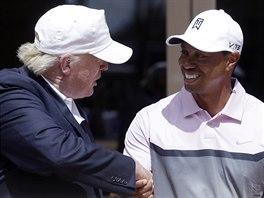 BOHATÍ CHLAPÍCI. Tiger Woods se zdraví se známým miliardářem Donaldem Trumpem,...