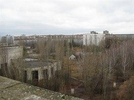 Ukrajinské město Pripjať stojící v zóně uzavřené po havárii v jaderné elektrárně Černobyl zarůstá lesem a budovy se bortí.