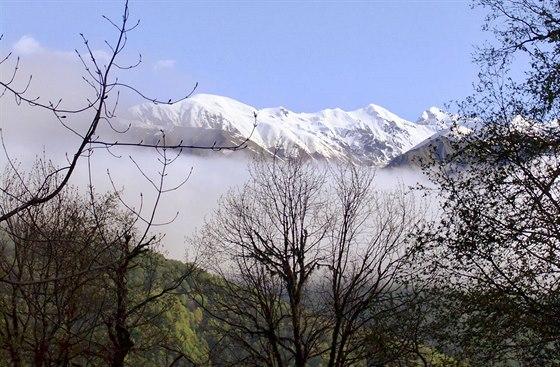 Hlavní kavkazský hřeben nad vesnicí Gebi, přes který vedla cesta do...