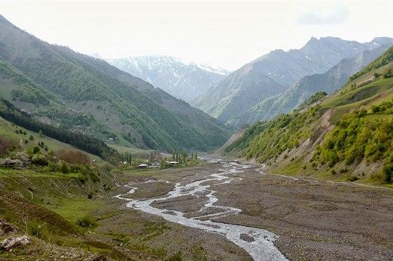 Údolí Rioni. Pohled zGebi po proudu řeky