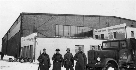 Velký zájem měli Němci pochopitelně také o zajištění čs. letišť. Na snímku střeží příslušníci 29. pěší divize (motorizované) hangár na letišti v Německém Brodě.