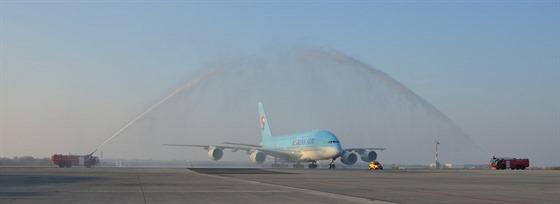 Letadlo Airbus A380 Korean Airlines registrace HL7614 na ruzyňském letišti...