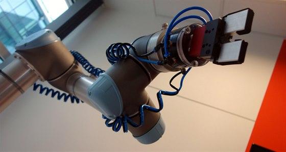 Na robotické rameno se přišli postupně podívat snad všichni kolegové z patra....