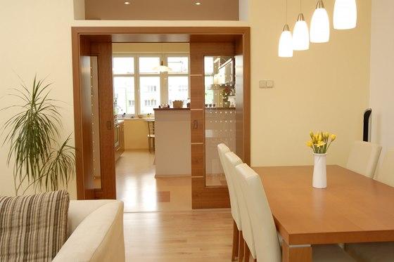 Posuvné dveře jsou praktickým řešením pro oddělení kuchyně a jídelny.