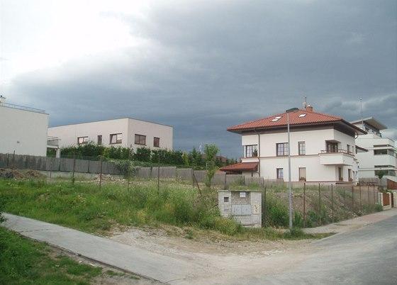 V okolí budoucího tubusového domu stojí moderní domy, přímé sousedy má však