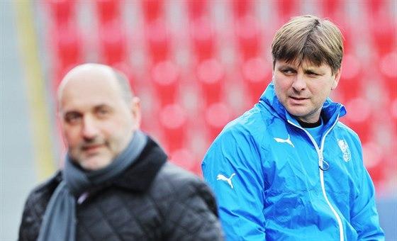 Tom� Pacl�k (vlevo) a Du�an Uhrin na tr�ninku fotbalov� Plzn�.