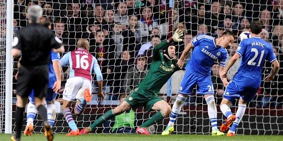 A JE TO GÓL. Fabian Delph (druhý zleva) překonává brankáře Chelsea Petra Čecha,...