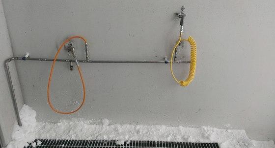 Tyto hadice slouží k odfukování sněhu z výzbroje a výstroje před vstupem do...