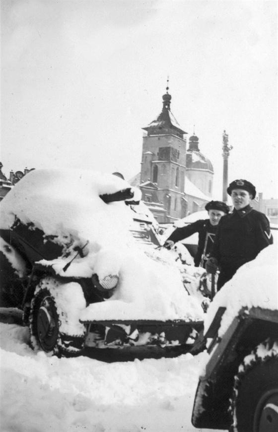 Jak dokumentuje tento snímek z dnešního Havlíčkova Brodu, vojenskou techniku odstavenou na náměstí zřejmě přes noc pokryla poměrně velká vrstva sněhu.