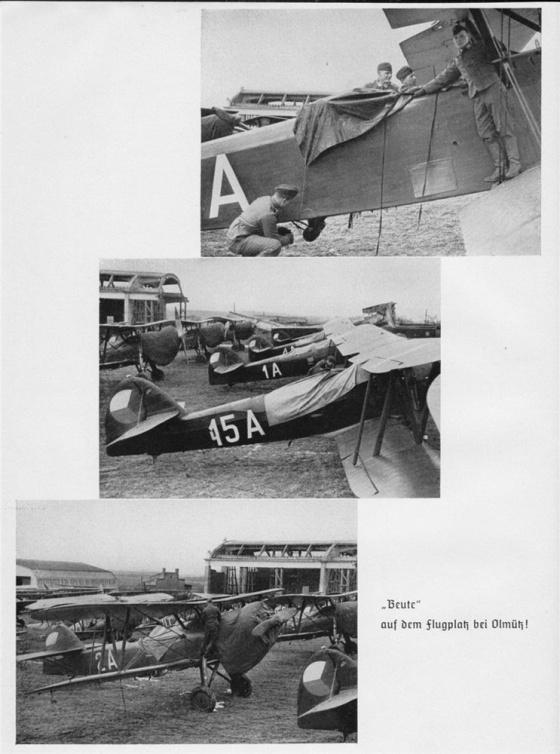 """Příslušníci německé Luftwaffe si prohlížejí svoji """"kořist"""" na letišti v Olomouci."""