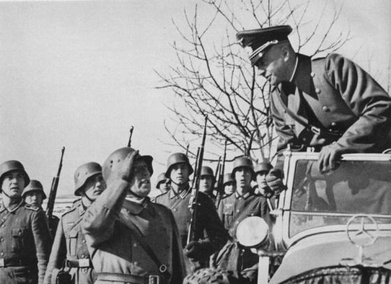"""""""Jak se vám šlape na Brno?"""" Vrchní velitel pozemní armády generálplukovník von Brauchitsch zdraví velitele oddílu německé pěchoty."""