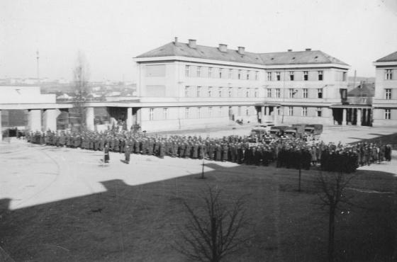 Poslední nástup čs. pěšího pluku 43 ve Svatoplukových kasárnách v Brně Židenicích. Pro duši vojáka strašlivý moment, pro mnohé z těchto mužů však boj s Němci teprve začne – zapojí se do odboje nebo se připojí k čs. jednotkám formovaným v zahraničí v průběhu války.