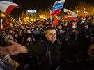 P�edb�n� v�sledky referenda v�taly v Simferopolu tis�ce lid� (16. b�ezna 2014)