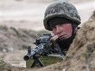 Ukrajinský voják v Chersonské oblasti na pomezí Krymu a Ukrajiny  (17. března...