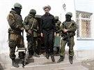 Sbal si kufr a jdi. Maskovaní ozbrojenci vyvádí důstojníka ukrajinského...