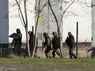 Ruští ozbrojenci prohledávají okolí ukrajinské základny v Simferopolu. Při...