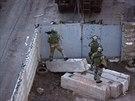 Ru�t� ozbrojenci prohled�vaj� okol� ukrajinsk� z�kladny v Simferopolu. P�i...