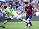 Jordan Loties z Osasuny natahuje nohu proti kličce Lionela Messiho.
