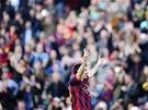 Lionel Messi s úsměvem slaví svůj 370 gól za Barcelonu. Do historie se zapsal v