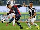 Francelino Matuzalem Da Silva z Janova. se snaží udržet míč před Arturo Vidalem