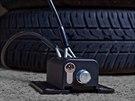 Safety box s lankem, které chrání sadu pneumatik v garáži.
