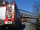 Kamion s návěsem se v Měchenicích u Prahy nevešel pod železniční viadukt...