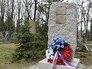 """Žulový pomník na Olšanských hřbitovech s nápisem """"Na věčnou slávu a památku..."""