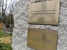 Žulový pomník na pražských Olšanských hřbitovech s tabulkou a nápisem v...