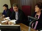 Soudce obžalované či svědky zpovídá pomocí videokonference. Průběh výpovědi...