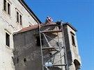 Řemeslníci opravují v Dolních Kounicích střechu renesančního zámku.