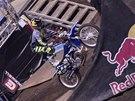 Libor Podmol stojí na sedadle motorky na nohou.